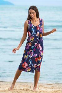 Bezauberndes, ärmelloses allover in Marine-Lila-Bunt dessiniertes Strandkleid - Mode für Frauen ab 50