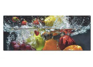 Wunderschönes modernes Bild, das Obst zeigt, das gerade in das Wasser fällt - Selbstgemachte Bowle