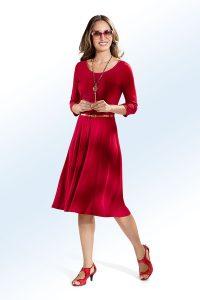 Elegantes, rotes Kleid in leicht taillierter Schlupfform mit goldfarbenem Gürtel - Modetrends Frühjahr/Sommer 2018