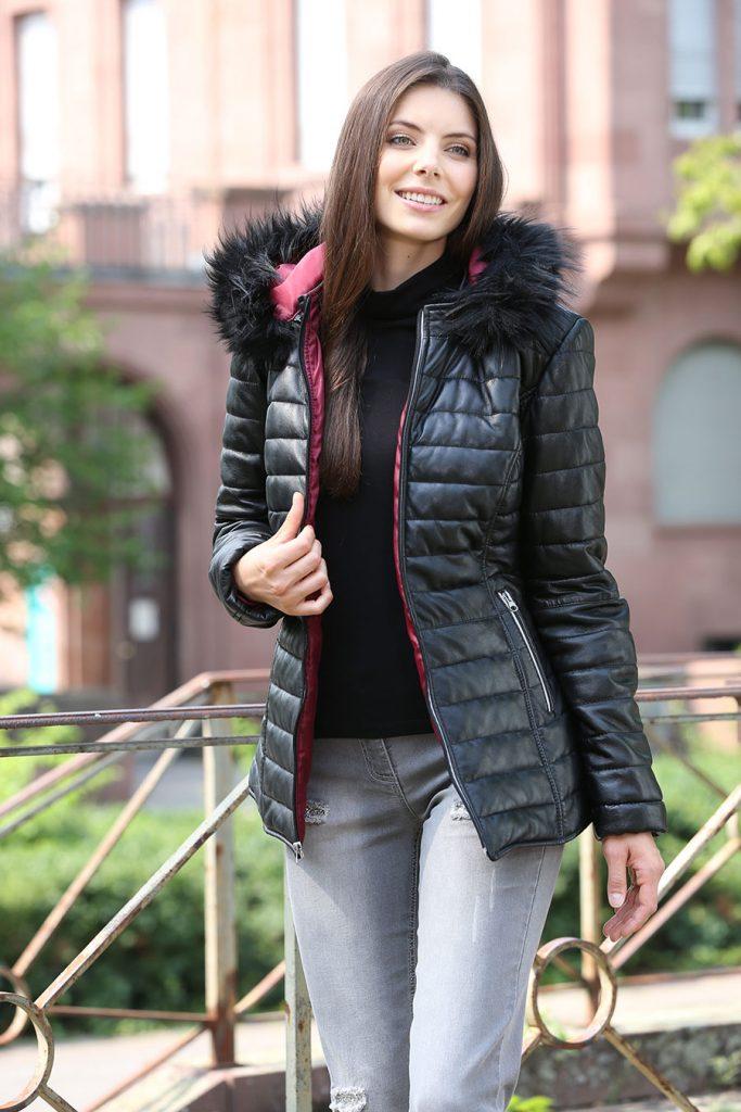 Jacke mit abnehmbarem Kunstpelz-Besatz an der abnehmbaren Kapuze - Modetrends Herbst Winter 2017/18
