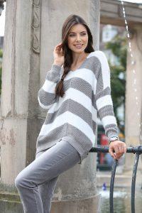 Moderner, grau-weißer Pullover: Streifendessin mit Langhaar-Effektgarn und Glitzergarn - Modetrends Herbst Winter 2017/18