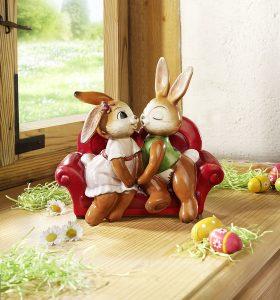 Goebel Hasenpaar auf dem Sofa - Geschmackvolle Osterdeko