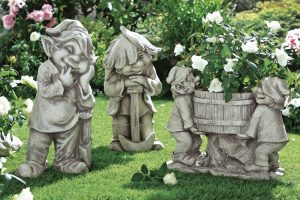 Wichtel mit Pflanzkübel - Garten im Frühling