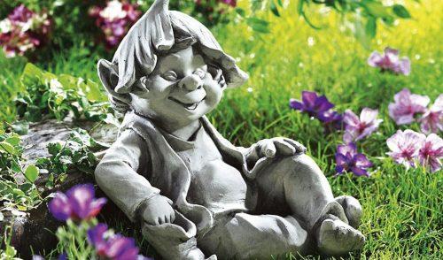Wichtel sitzt im Garten